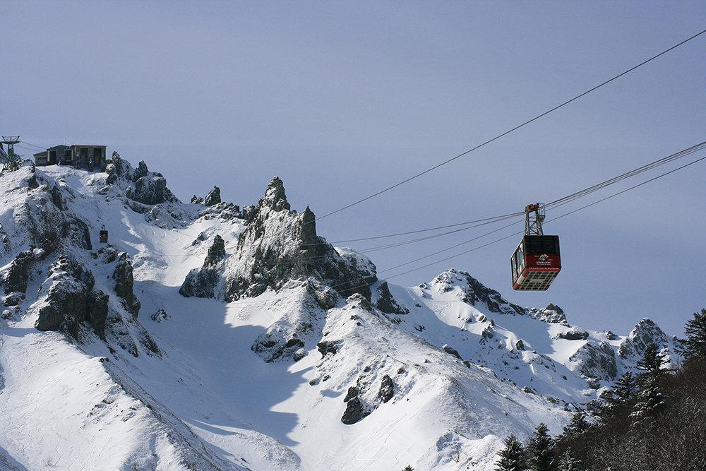 En route vers les sommets et les pistes de ski du Mont Dore - © OT du Sancy