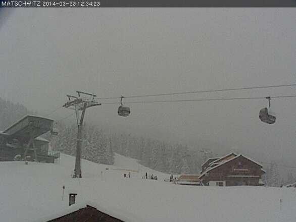 Schneenachschub! Auf feuchter Altschneedecke gut 25 - 30 cm Frühjahrsneuschnee. Deutliche Verbesserung! Nochmals ausnutzen, wer weiß, wie lange es bei diesem ungewöhnlichen Winter noch geht.