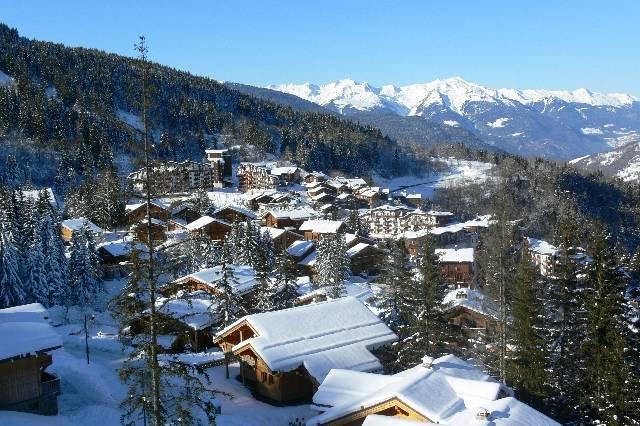 Le centre de la Tania a été pensé de manière durable et écologique, entièrement piéton, avec un départ skis aux pieds depuis la plupart des logements. - © OT La Tania