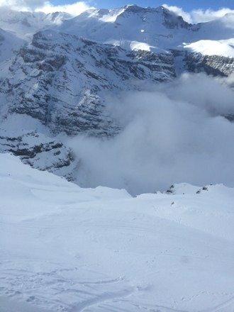 Neve boa nas pistas, powder fora de pista, mas condições ruim de visibilidade na base.