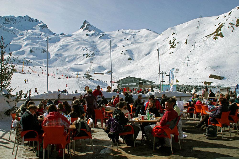 """Pause d""""tente en terrasse, sur le front de neige de Luz Ardiden - © NPY Luz-Ardiden"""