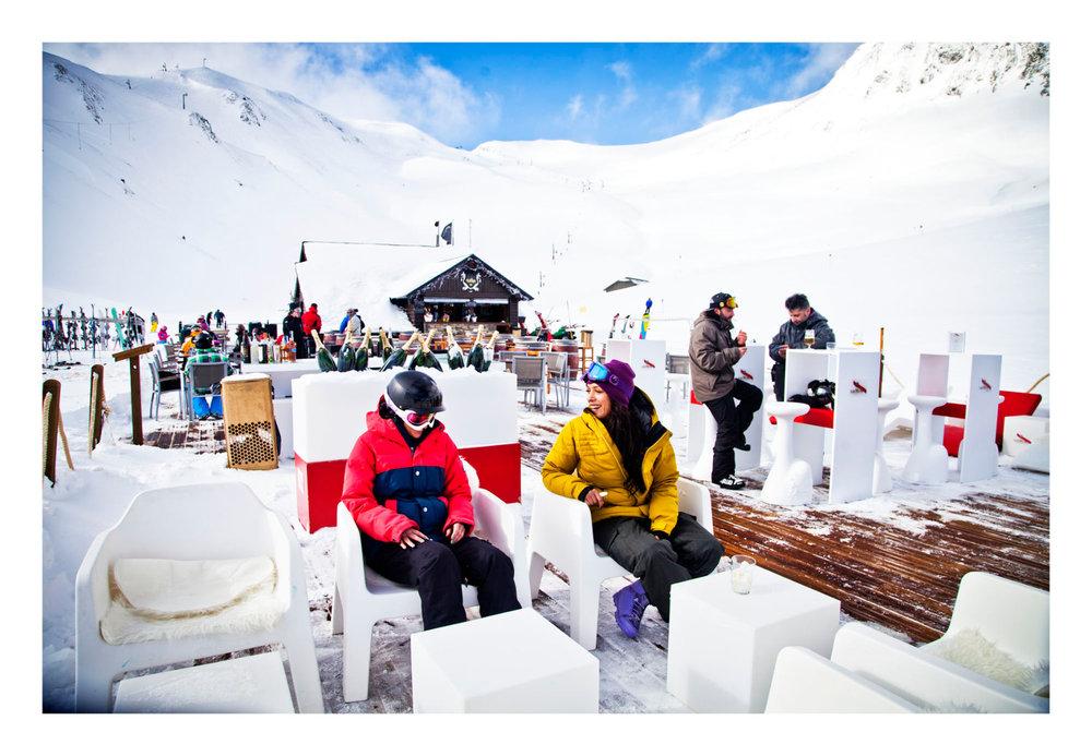 Pause détente en terrasse d'un resto d'altitude sur le domaine skiable de Formigal - © Aramon