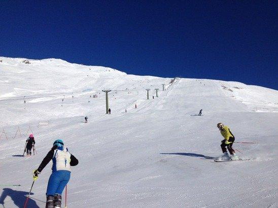 Ieri: freddo, neve compatta e spettacolare, sole splendido e bar sulla pista chiuso .,,