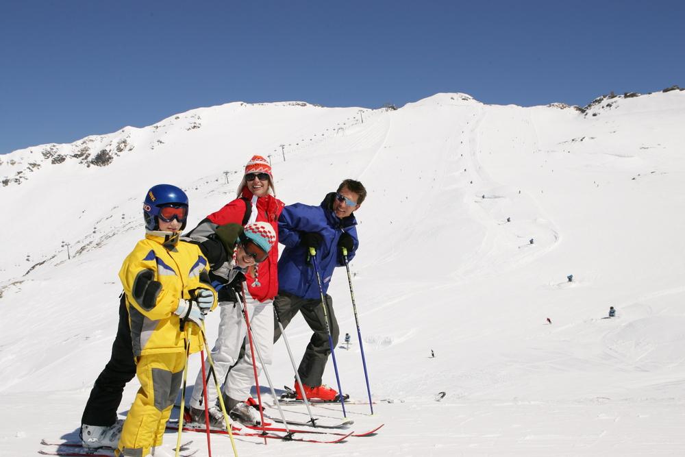 Skifahrerfamilie pausiert für ein Foto in Flattach am Mölltaler Gletscher