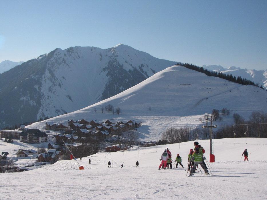 Apprentissage du ski sur les pentes enneigées d'Albiez Montrond - © OT Albiez / M. Fumaz