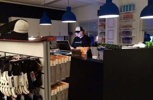 På onsdag 28.01.15 åpner dørene til del 2 av vårt nye servicebygg. Vi jobber for å klargjøre vår nye Skishop og Café som du ser en del av her på bildet. Narvikfjellet inviterer til kaffe og kake i hyggelige og lune omgivelser fra kl 16:00 - 20:00 på onsdag! Velkommen til store og små, med eller uten ski!