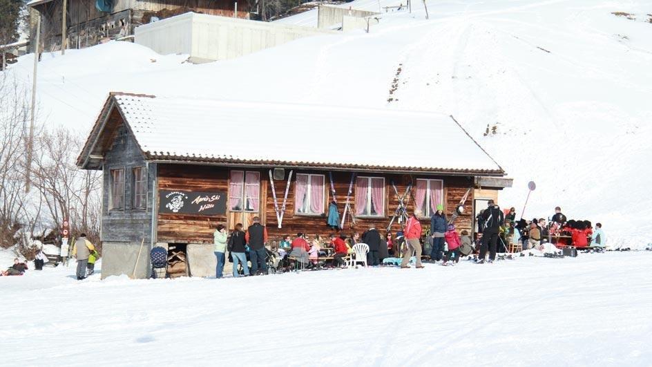 An der Hütte herrscht viel Betrieb - © Skilift Neusell