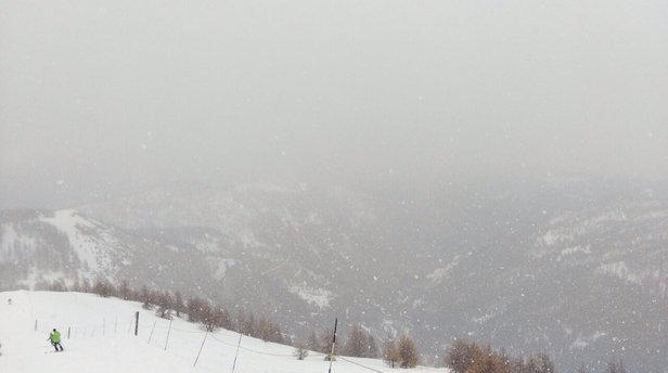 La tempête de neige annoncé pour la nuit arrive plus tôt que prévue.  Cela fera du bien au piste qui commence à être lourde et verglacée.