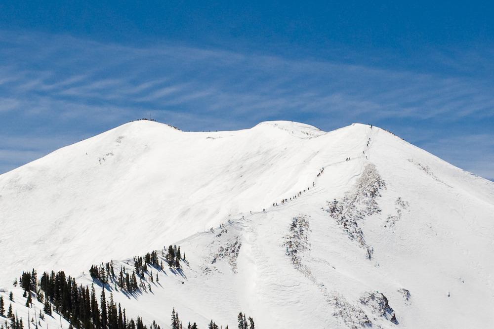 Escursionisti in fila sulla cresta ad Aspen Snowmass