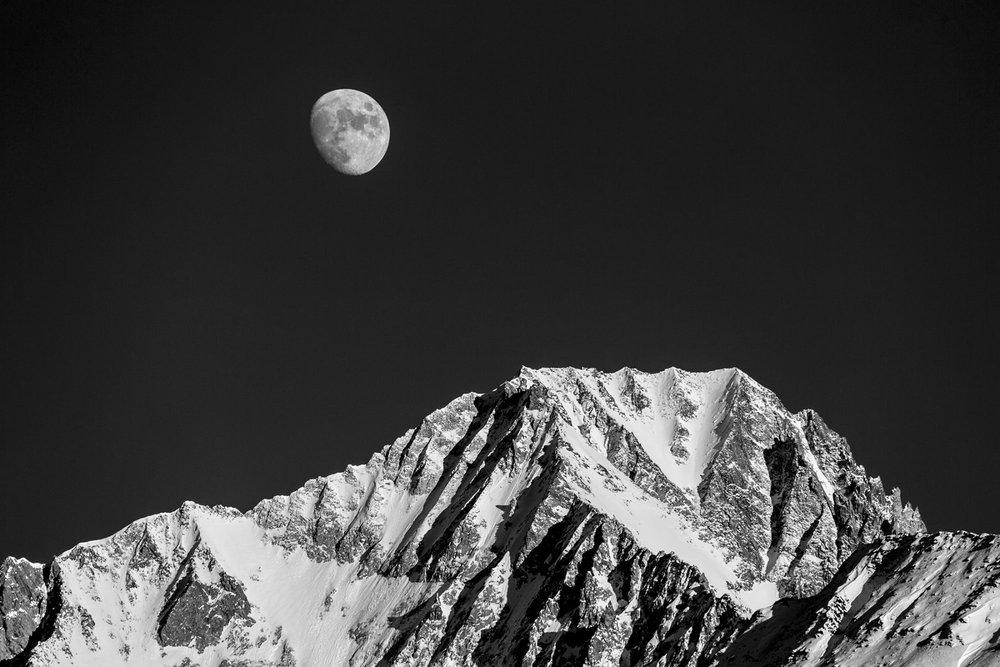 Der Mond über dem 3900 Meter hohen Bietschhorn