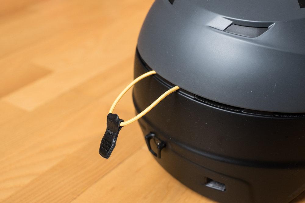 Do elastickej úchytky, ktorá sa zapne vzadu do spodnej časti prilby, presne pasuje pásik lyžiarskych okuliarov. - © Skiinfo