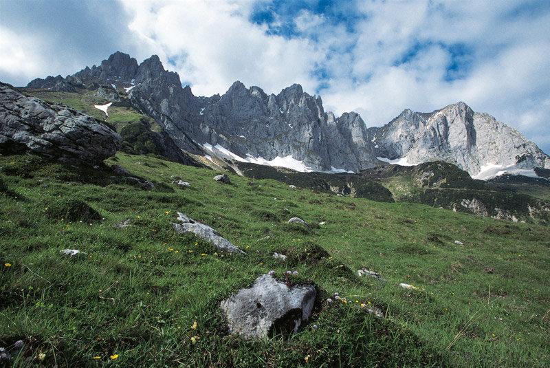 Der Adlerweg führt entlang der Wände des Wilden Kaisers. - © Tirol Werbung/Klaus Kranebitter