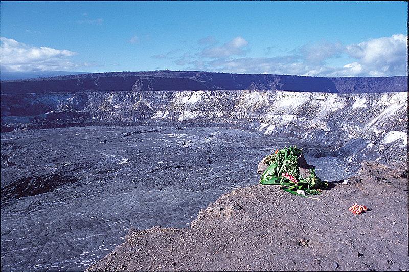 Denkmal für die Vulkan-Göttin Pele am Halemaumau Krater - © Hawaii Tourism Japan (HTJ)