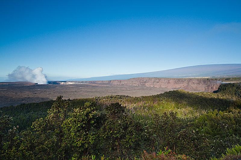 Der Halemaumau Krater mit Mauna Loa im Hintergrund - © Hawaii Tourism Authority (HTA) / Tor Johnson