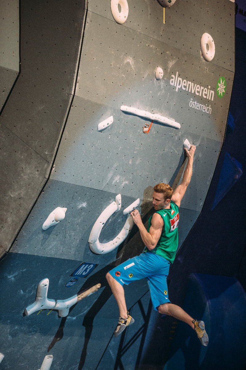 Jakob Schubert verpasst an Boulder Nr. 3 knapp das Top und damit eine Medaille - © Elias Holzknecht