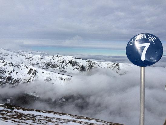 Ax 3 Domaines - Déficit d'enneigement important, comme ailleurs. Le retour station est même laborieux l'après-midi. Neige dure sauf sur Savos et sur le bas du domaine. Peu de monde heureusement sur les quelques 50 kms de pistes ouvertes. Quelques télésièges d'un autre âge (2 places, non debrayables...) - © Xto