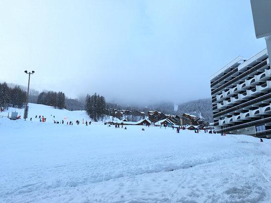 Puy Saint Vincent - Neige fraîche; il faut dire qu'il a neigé toute la journée.  Super pour la glisse moins pour le temps mais je suppose que l'on ne peut pas tout avoir.  - © greendark
