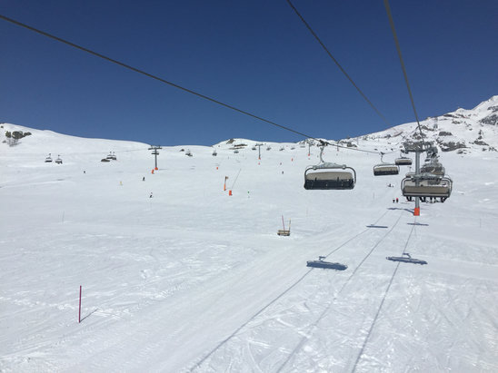 Alpe d'Huez - Temps magnifique, personne sur les pistes : what else ?  - © Phone BCUS