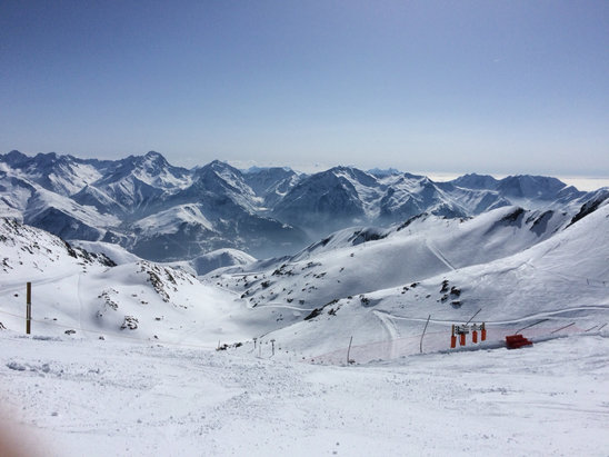 Alpe d'Huez - Matin neige correcte en haut glacés en bas et après midi neige très collante il faut qu'il reneige vite  - © iPhone de portable