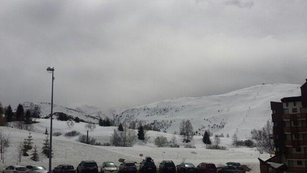 Alpe d'Huez - Aujourd'hui beaucoup de vent avec quelques éclaircies. Neige dure avec une bonne glisse. Bonne station avec pistes techniques colle hier la Sarennes. - © djmj10