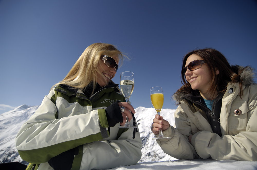 Women enjoying drinks at St Anton, Austria.TVB St. Anton am Arlberg - © TVB St. Anton am Arlberg