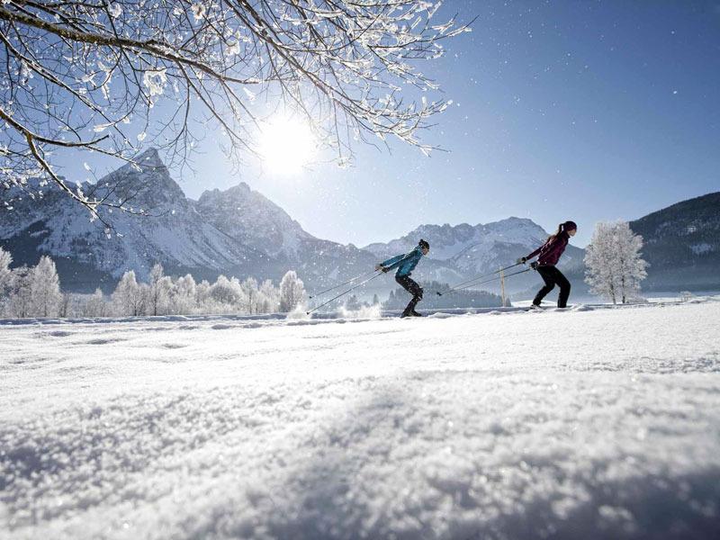 """Zum Saisonende, wenn die Tage wieder länger werden und die Temperaturen steigen, der Schnee jedoch noch für optimale Bedingungen sorgt, erleben Sportler in der Tiroler Zugspitz Arena """"Sonnenlanglauf"""" vom Feinsten."""