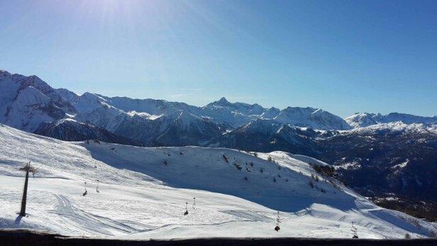 Sauze d'Oulx - Fantastiche condizioni di neve con piste perfette. non è aperto tutto ma quasi. Giornata eccellente - © yamalupin
