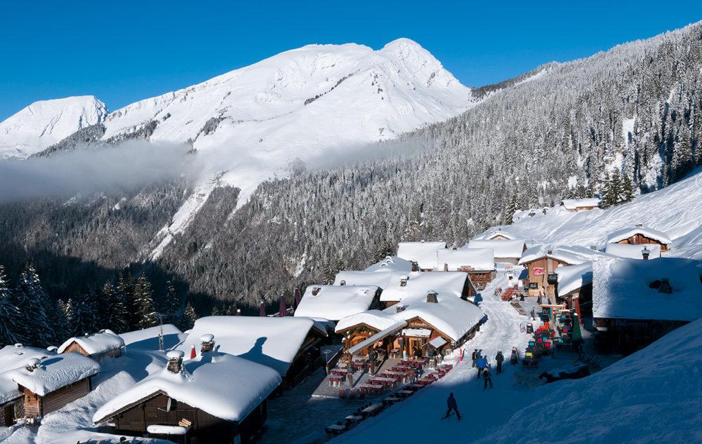 Skiez dans les rues du village des Lindarets, un incontournable de votre séjour à Montriond - © Yvan Tisseyre / OT Vallée d'Aulps