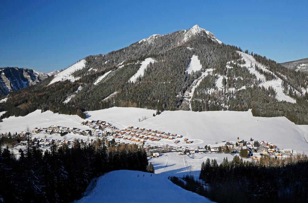 Der Blick von der Tauernpiste auf den Ort Hohentauern - © Herbert Raffalt/Tourismusverband Hohentauern