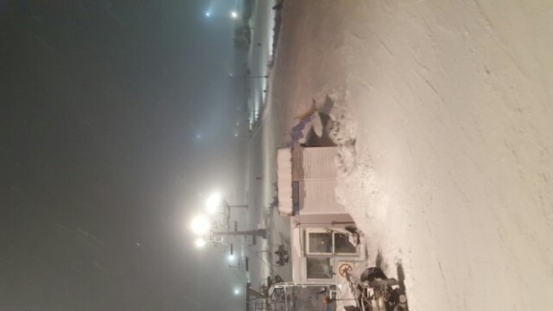 Zieleniec Ski Arena - Na nocnych jazdach, tylko na gryglówce trasy były w miarę ok. Na trasach Winterpolu po przerwie na ratrakowanie (na której tak naprawdę nic nie zrobiono) muldy były, gdzie niegdzie znikoma ilość lodu ale na pocieszenie mała ilość lud - © Mikolaj