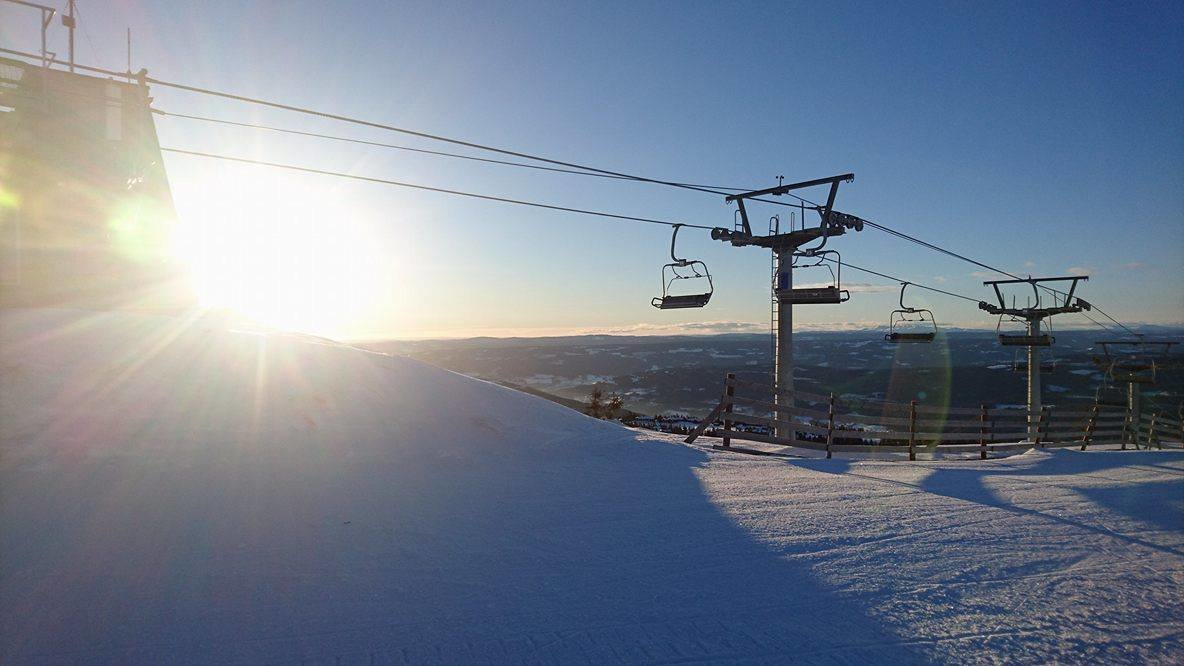 Bakkene er preppa og solen skinner. Det er bare å komme seg ut på ski i helgen. - © Hafjell Alpinsenter