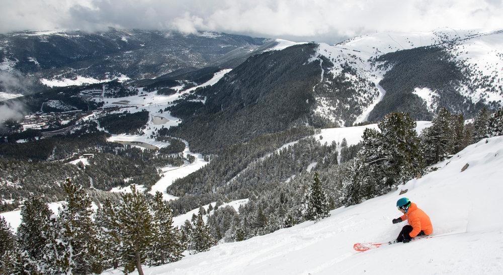 Session ski hors piste sur les pentes enneigées de La Molia - © Station de ski de La Molina