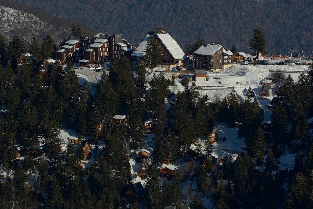 Vue sur la station de ski de Guzet et ses chalets - © Alex Gosteli