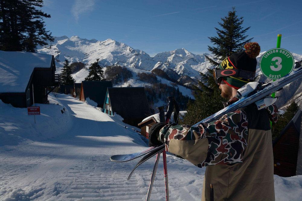 Ouvrez la porte de votre chalet et hop, chaussez les skis... Bienvenue à Guzet ! - © Alex Gosteli
