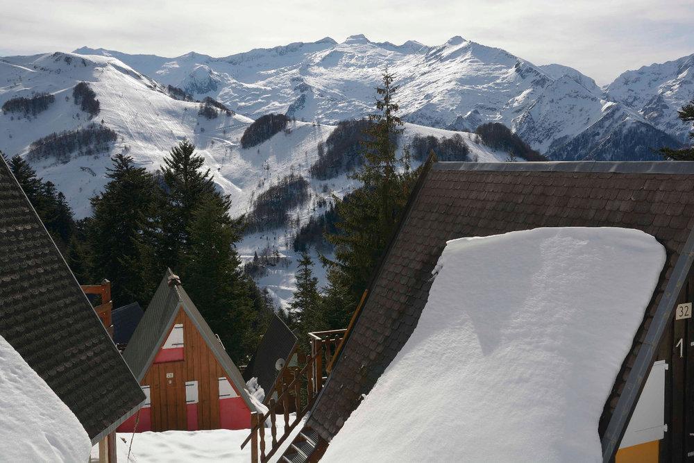 Vue imprenable sur le domaine skiable depuis les chalets de Guzet - © Alex Gosteli