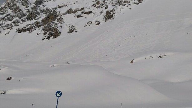 St. Anton am Arlberg - Anteanoche nevó,  la pena es que no les dio tiempo (o no quisieron) a pisar la nieve.  A partir de las 12:00 ya estaba la nieve amontonada y más tarde toda humeda.  Pena de altitud. Pero por lo menos hoy disfruté de la estación. El Mooser espectacular pero muy caro.  - © fernandolopezpereamarque