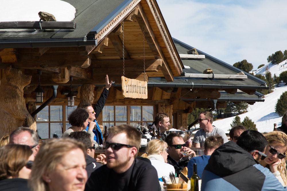 Die Zirbenhütte bietet eine riesige Sonnenterasse, guten Service und sehr gutes Essen - auf jeden Fall empfehlenswert - © Skiinfo
