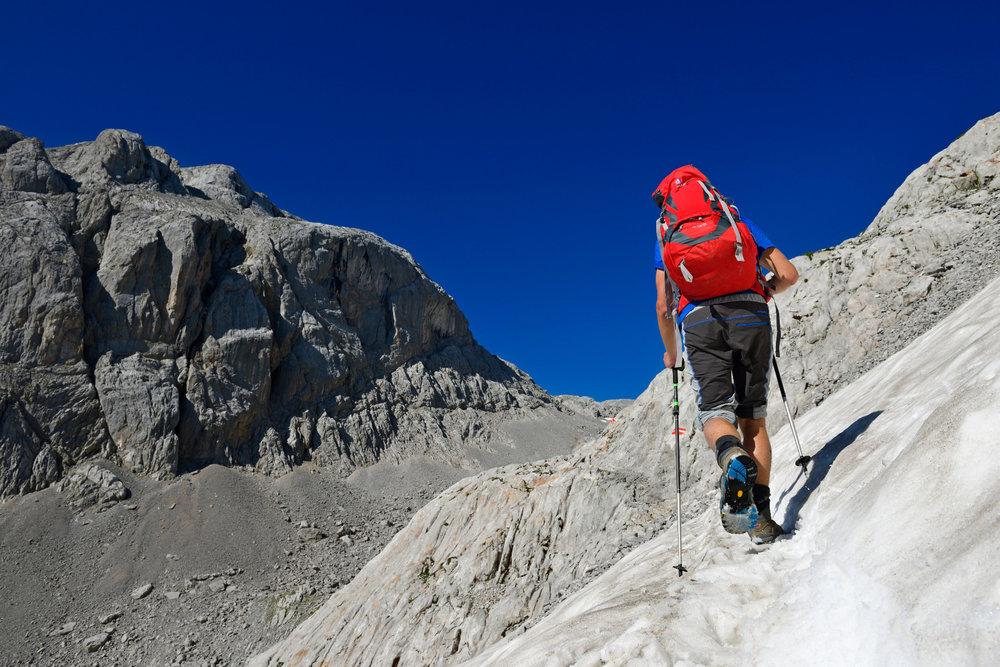 Bei heißen Temperaturen werden Restschneefelder gequert - ©Norbert Eisele-Hein