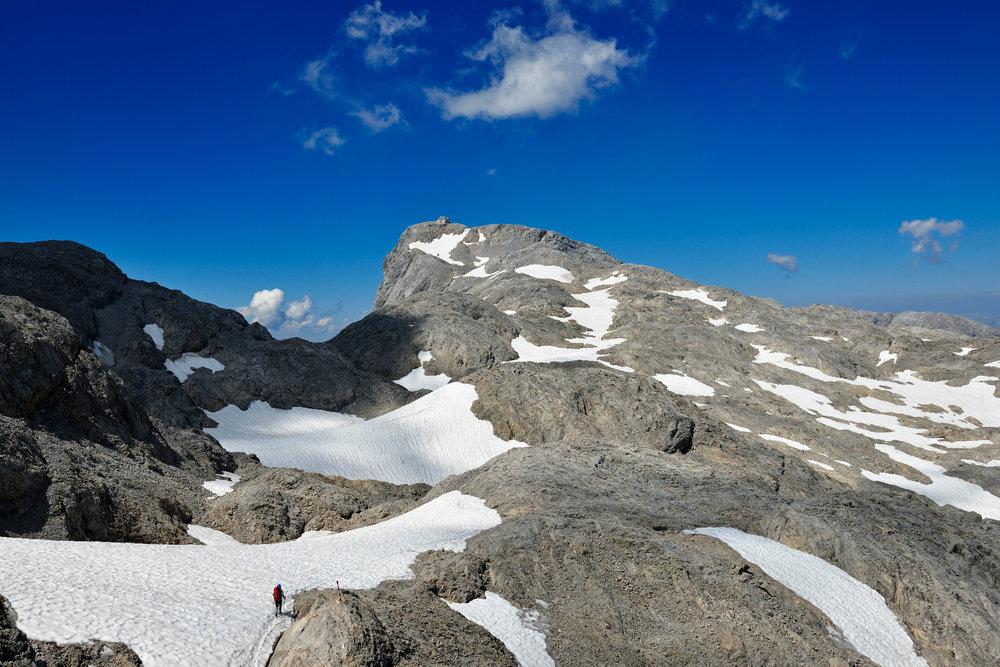 Die letzten Höhenmeter zum Gipfel ziehen sich, es geht noch einmal viel berg- und bergab - © Norbert Eisele-Hein