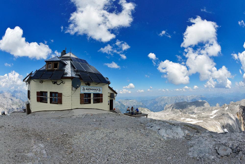 Blick auf das Matrashaus (2941 Meter Seehöhe) auf dem Gipfel des Hochkönig - © Norbert Eisele-Hein