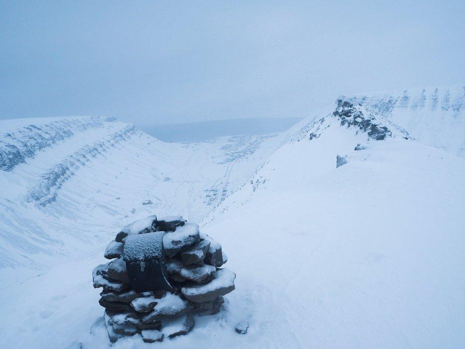 Varden på Sarkofagen; et platå rett i nærheten av Longyearbyen. Det er anbefalt at man går med guide og at noen i gruppen bærer våpen på turer på Svalbard på grunn av isbjørn. På turer andre steder er våpen imidlertid påbudt. - © Vigdis Skogly