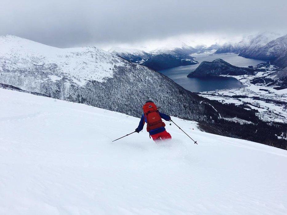 Det var fantastisk snø på vei ned fra Kaldtinden i Måndalen i Romsdal i helgen. Her suser Veronica Heltne nedover. - © Marit Øwre-Johnsen