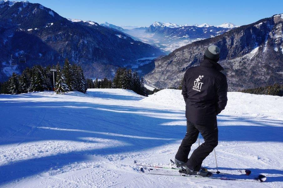Conditions de ski idéale (neige fraîche et ciel bleu) sur le domaine skiable de Sixt Fer à Cheval - © Office de tourisme de Sixt Fer à Cheval