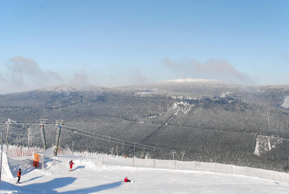 Der Nordhang im Skigebiet Braunlage Wurmberg mit Blick auf den Brocken - © © Wurmbergseilbahn Braunlage