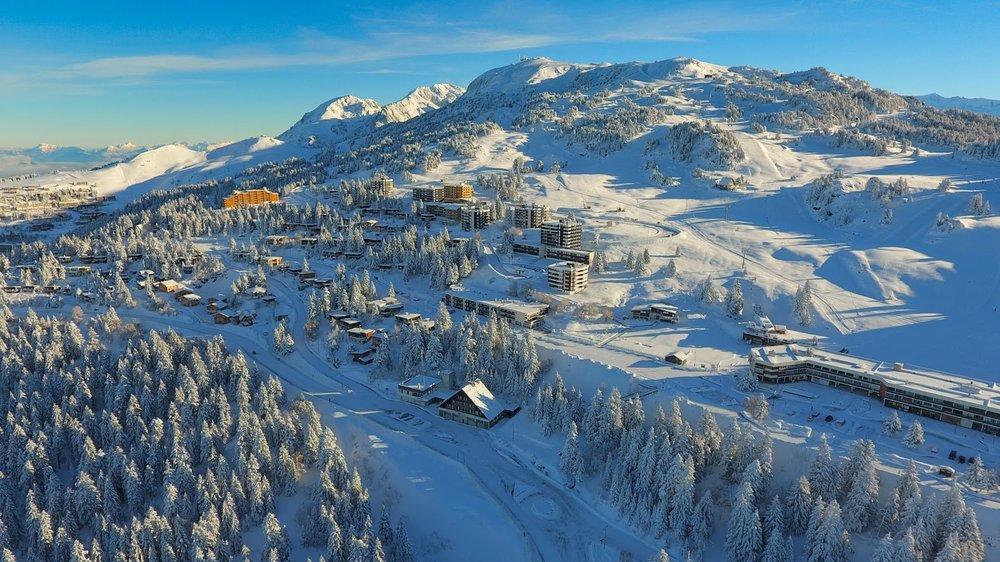 Vue sur la station de ski de Chamrousse (quartier Roche Béranger) - © OT Chamrousse - Aeolus