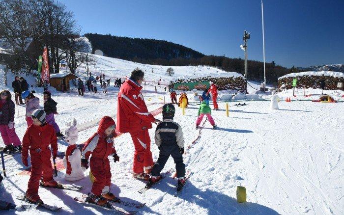 Apprentissage du ski sur l'espace débutant de Rouge Gazon