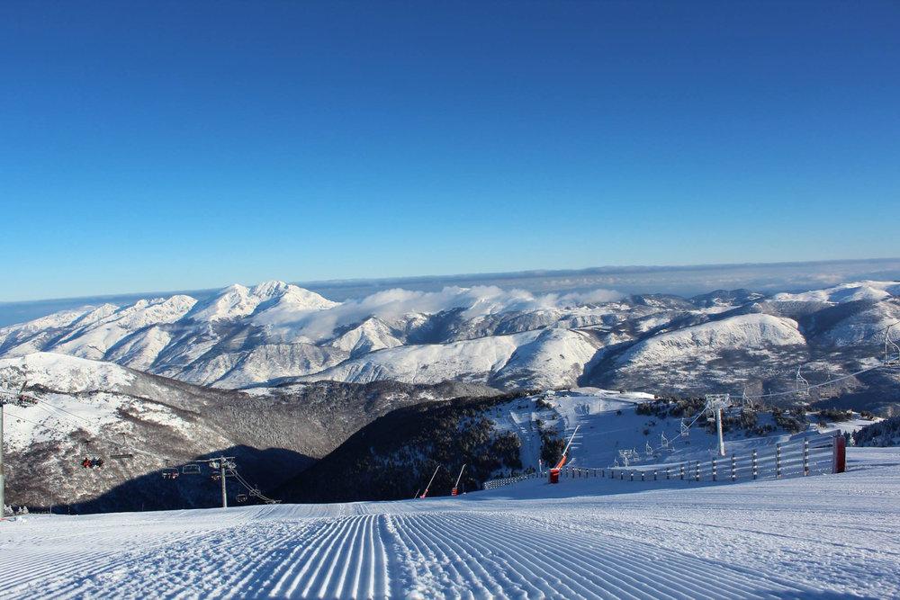 Conditions parfaites (soleil et neige fraichement damée) sur les pistes de ski d'Ax 3 Domaines - © Station d'Ax 3 Domaines