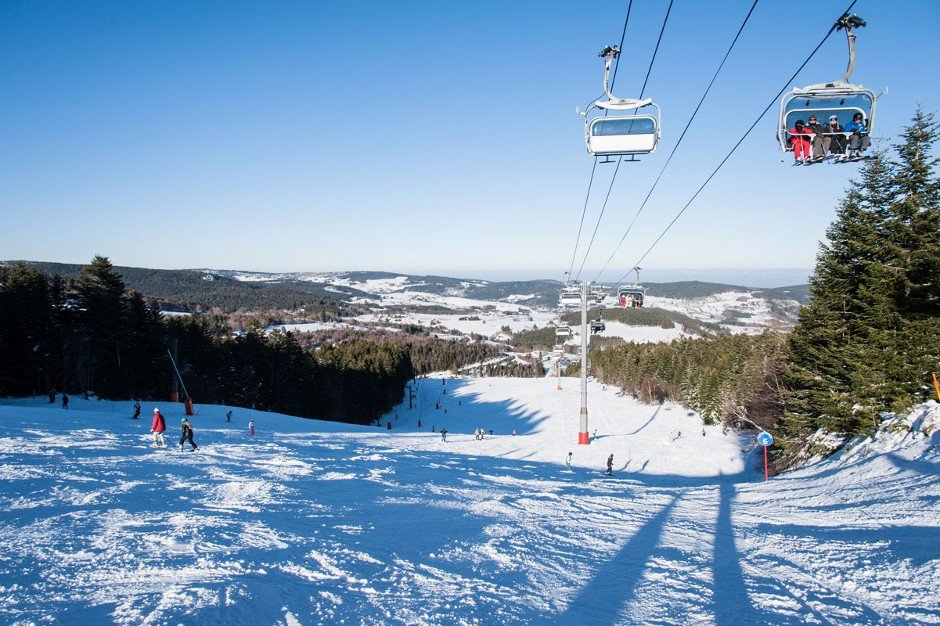Conditions idélaes (beau temps et neige de qualité) sur les pistes de ski de Chalmazel - © Station de Chalmazel