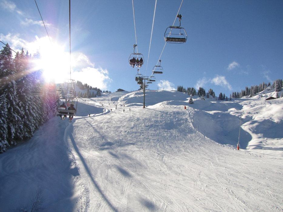 En route pour les pistes de ski de Morillon et du domaine skiable du Grand Massif - © Morillon Tourisme