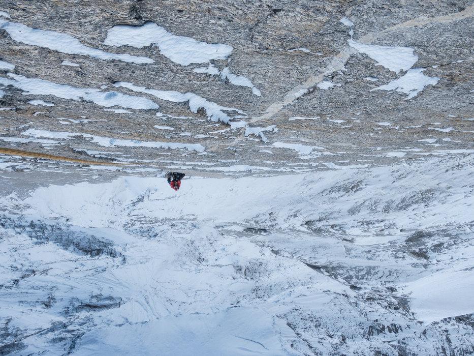 . Gegen Nachmittag gab es jeden Tag Schneefall. Die Kletterer kämpften mit Spindrift und vereisten Rissen! - ©Timeline Productions